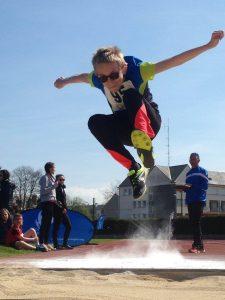 jeune sportif en saut en longueur
